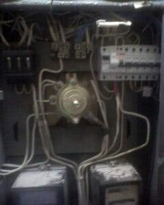 Электрощиток панельного дома с установленными автоматами нового образца