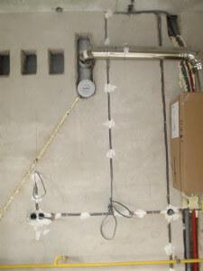 Провода должны идти вертикально и горизонтально