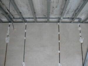 Провода, уложенные под гипсокартоном в гофре