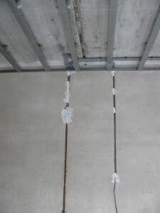 Провода должны быть закреплены к потолку